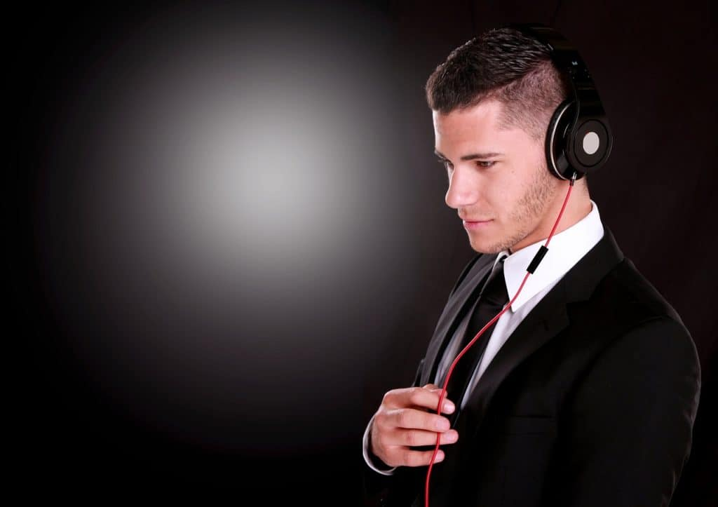איש שומע שירים